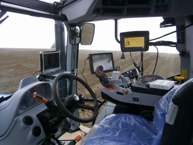 トラクターの運転席の様子