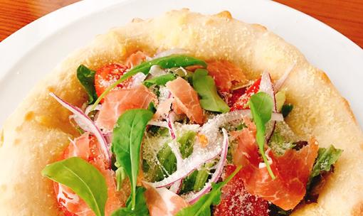 赤玉ねぎと生ハムのサラダピザ