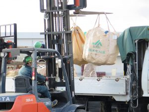 廃プラスチック回収作業の様子2