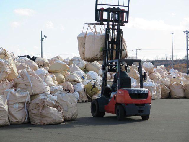 廃プラスチック回収作業の様子3