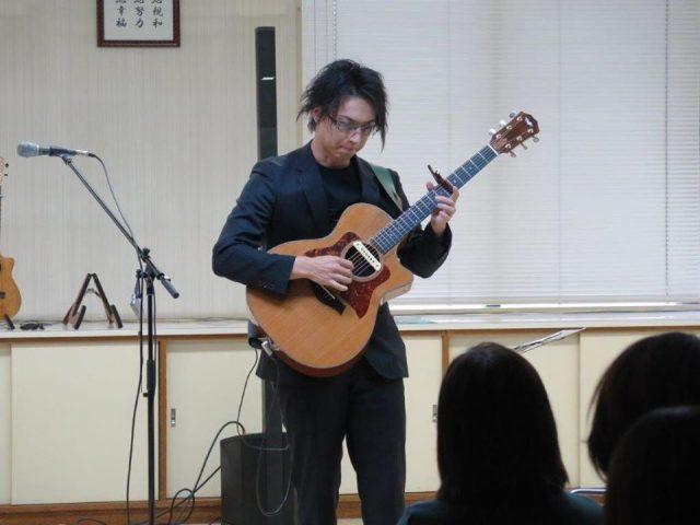 演奏する遠藤正人さん